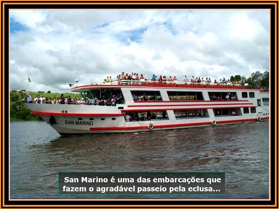 San Marino é uma das embarcações que fazem o agradável passeio pela eclusa...