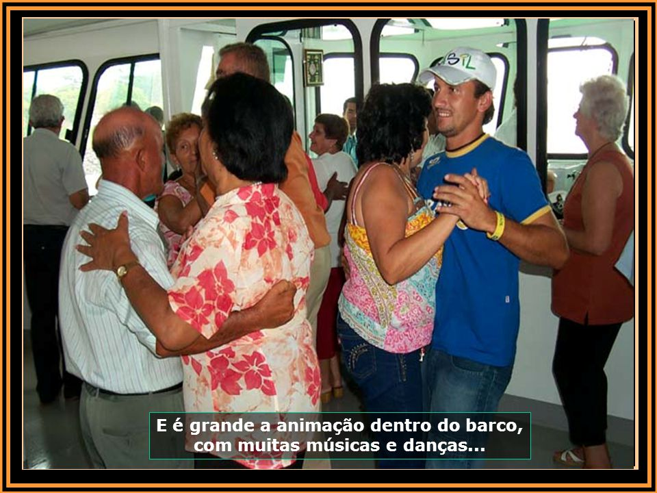 E é grande a animação dentro do barco, com muitas músicas e danças...