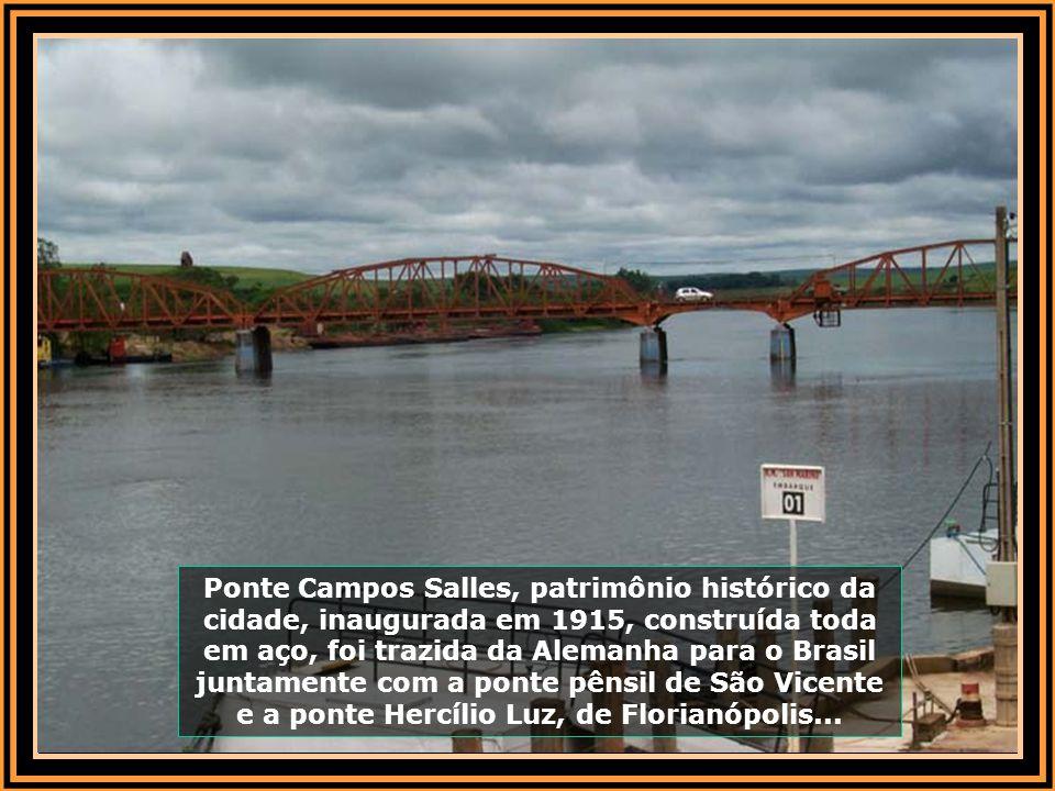 Ponte Campos Salles, patrimônio histórico da cidade, inaugurada em 1915, construída toda em aço, foi trazida da Alemanha para o Brasil juntamente com a ponte pênsil de São Vicente e a ponte Hercílio Luz, de Florianópolis...