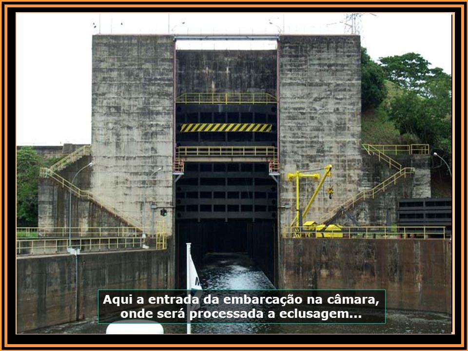 Aqui a entrada da embarcação na câmara, onde será processada a eclusagem...