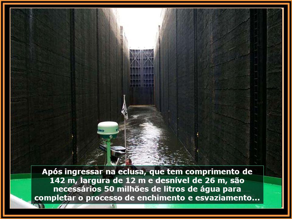 Após ingressar na eclusa, que tem comprimento de 142 m, largura de 12 m e desnível de 26 m, são necessários 50 milhões de litros de água para completar o processo de enchimento e esvaziamento...