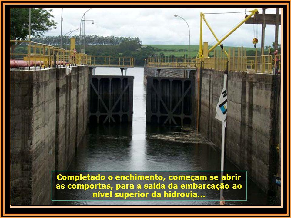 Completado o enchimento, começam se abrir as comportas, para a saída da embarcação ao nível superior da hidrovia...