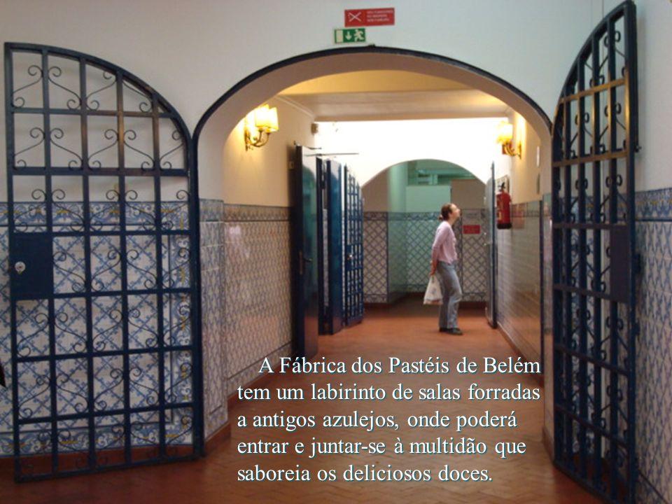 A Fábrica dos Pastéis de Belém tem um labirinto de salas forradas a antigos azulejos, onde poderá entrar e juntar-se à multidão que saboreia os deliciosos doces.