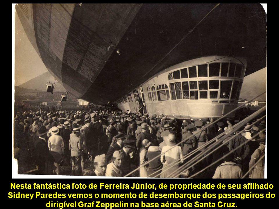 Nesta fantástica foto de Ferreira Júnior, de propriedade de seu afilhado Sidney Paredes vemos o momento de desembarque dos passageiros do dirigível Graf Zeppelin na base aérea de Santa Cruz.