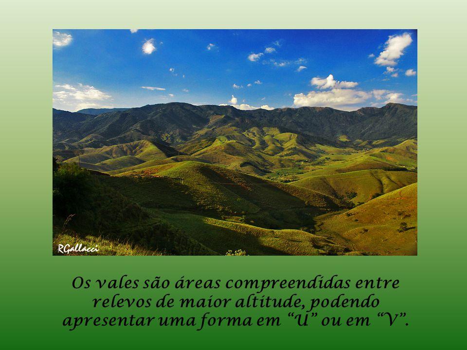 Os vales são áreas compreendidas entre relevos de maior altitude, podendo apresentar uma forma em U ou em V .