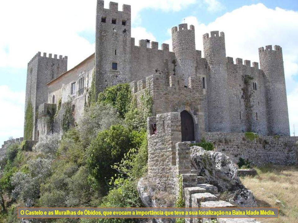 O Castelo e as Muralhas de Óbidos, que evocam a importância que teve a sua localização na Baixa Idade Média.