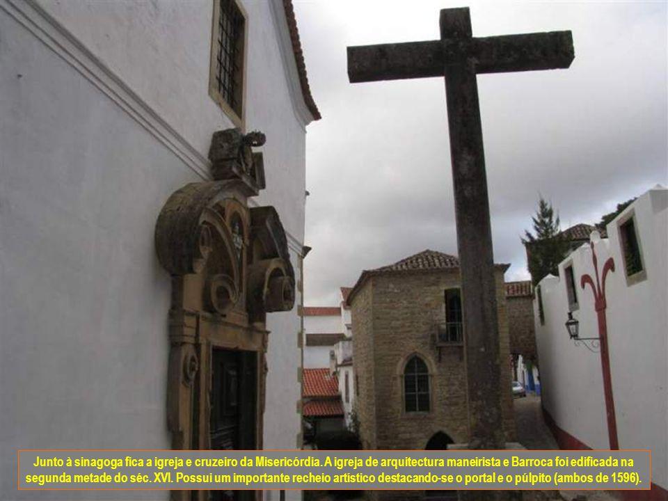 Junto à sinagoga fica a igreja e cruzeiro da Misericórdia