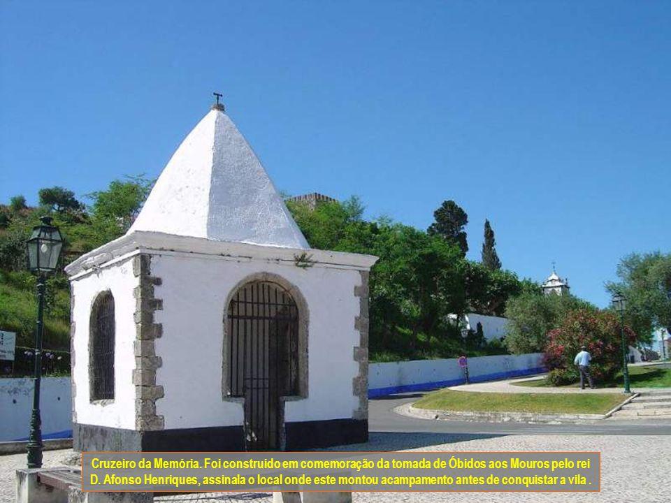 Cruzeiro da Memória. Foi construído em comemoração da tomada de Óbidos aos Mouros pelo rei D.