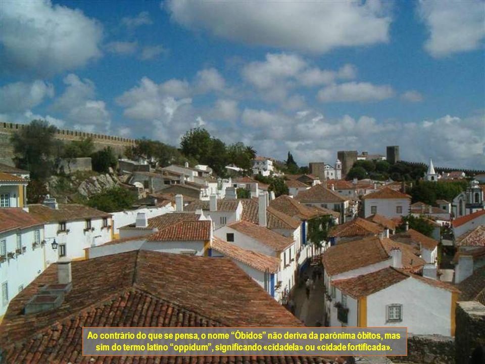 Ao contrário do que se pensa, o nome Óbidos não deriva da parónima óbitos, mas sim do termo latino oppidum , significando «cidadela» ou «cidade fortificada».