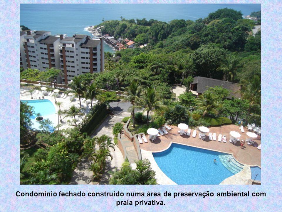 Condomínio fechado construído numa área de preservação ambiental com praia privativa.