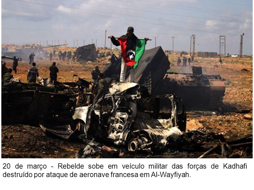 20 de março - Rebelde sobe em veículo militar das forças de Kadhafi destruído por ataque de aeronave francesa em Al-Wayfiyah.