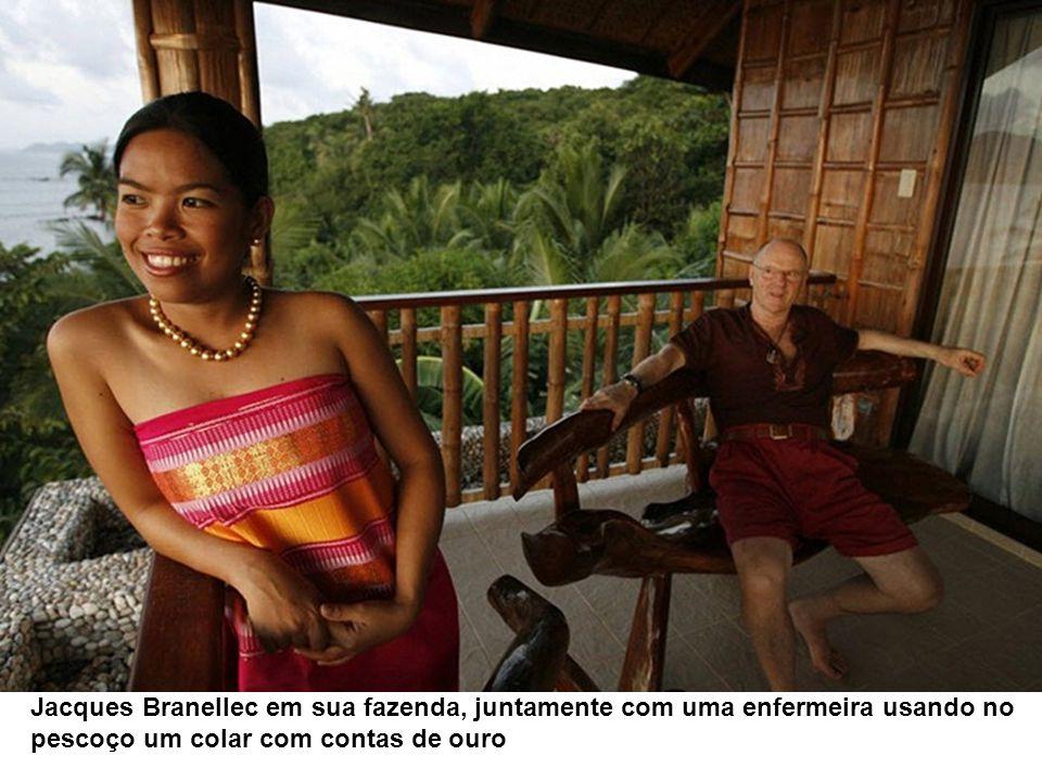 Jacques Branellec em sua fazenda, juntamente com uma enfermeira usando no pescoço um colar com contas de ouro