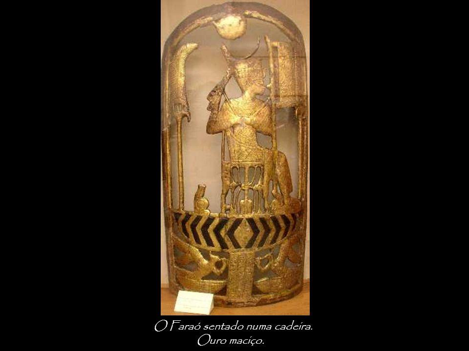O Faraó sentado numa cadeira.