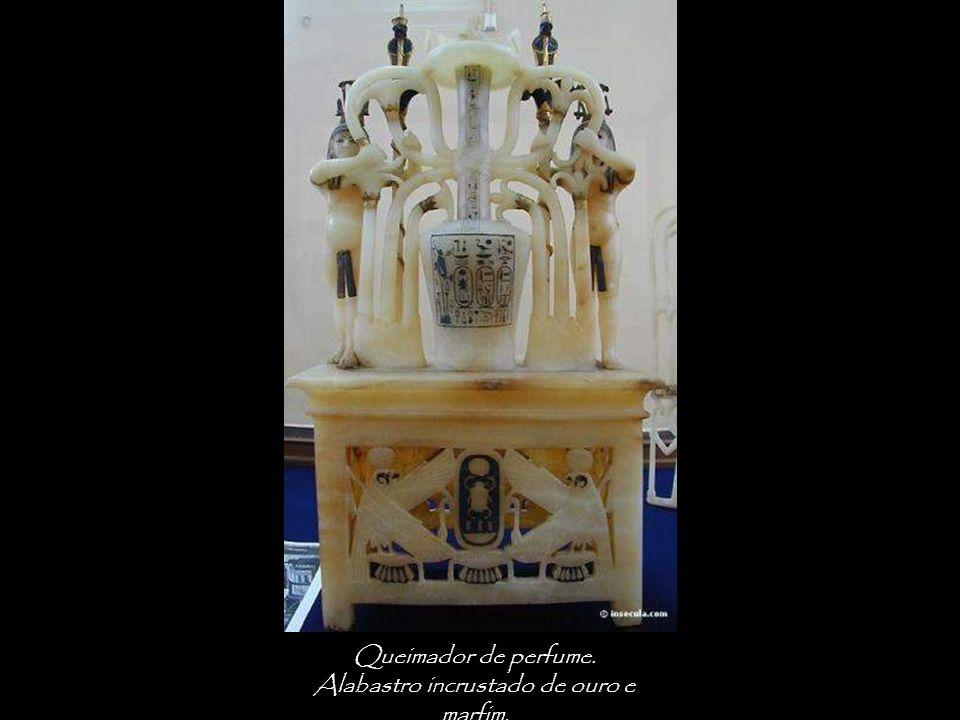 Alabastro incrustado de ouro e marfim.
