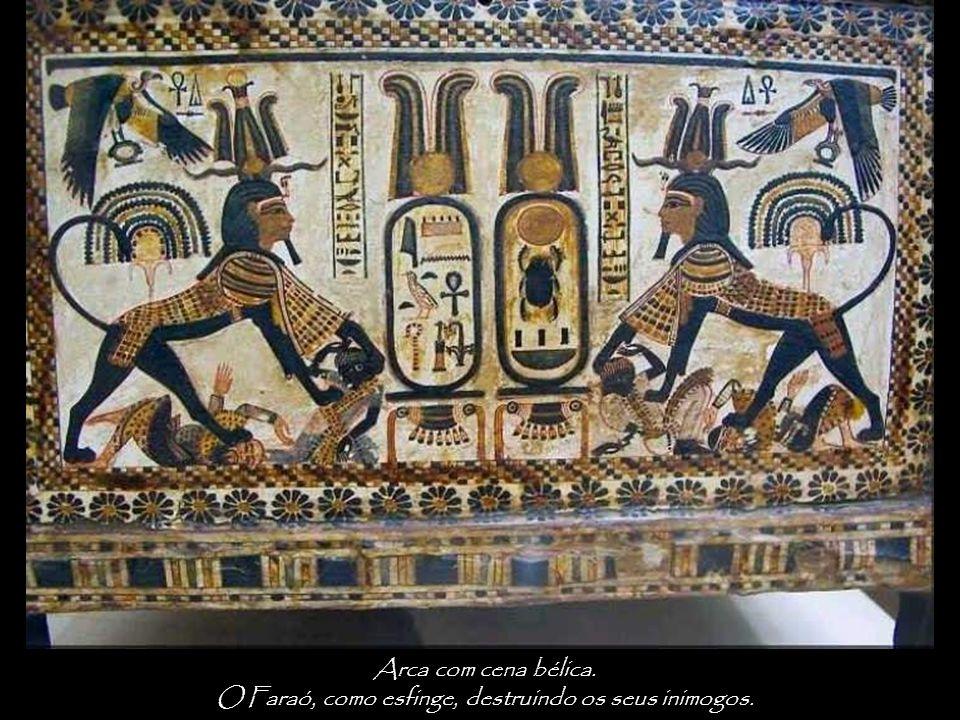 O Faraó, como esfinge, destruindo os seus inimogos.