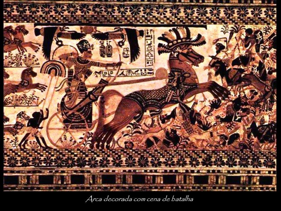 Arca decorada com cena de batalha