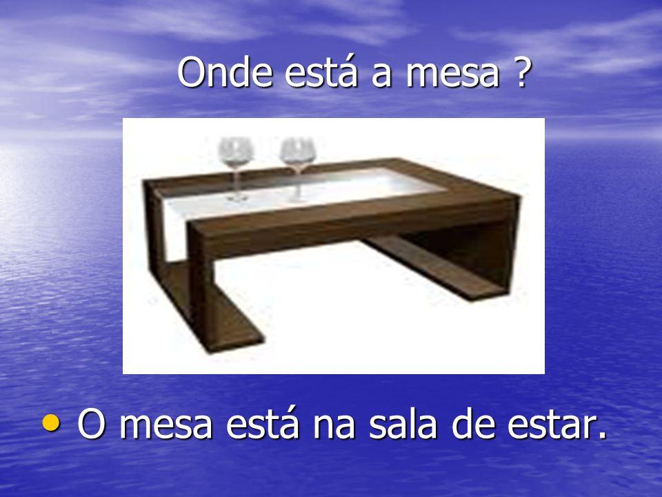 Onde está a mesa O mesa está na sala de estar.