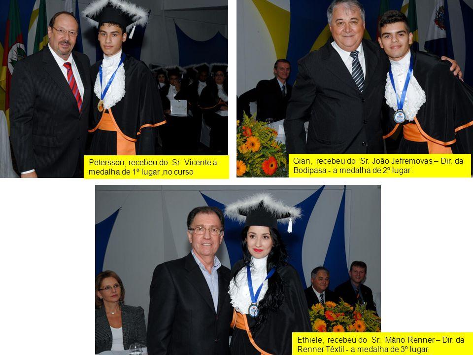 Petersson, recebeu do Sr. Vicente a medalha de 1º lugar ,no curso