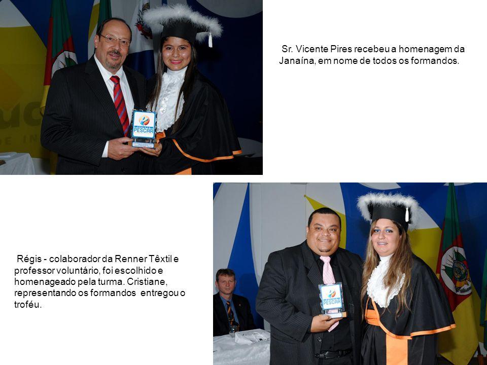 Sr. Vicente Pires recebeu a homenagem da Janaína, em nome de todos os formandos.
