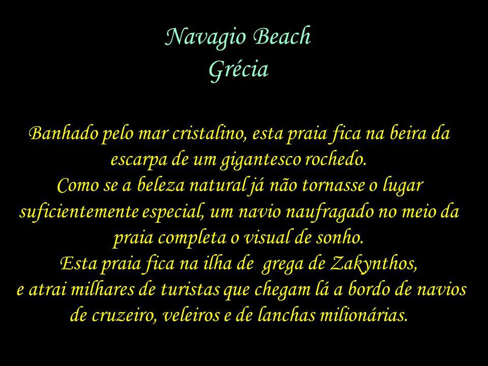 Navagio Beach Grécia. Banhado pelo mar cristalino, esta praia fica na beira da. escarpa de um gigantesco rochedo.