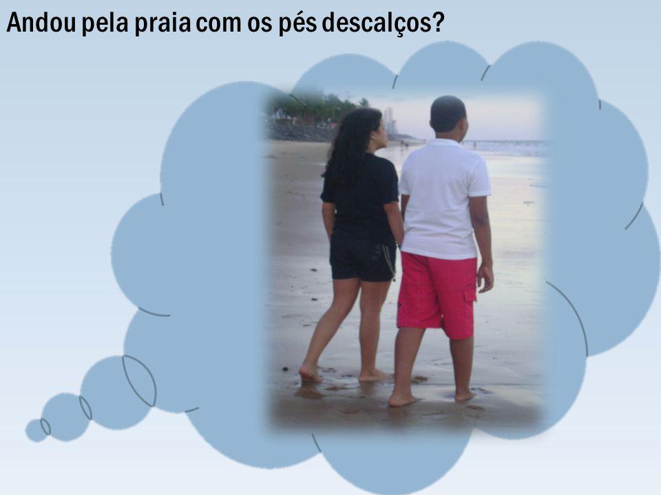 Andou pela praia com os pés descalços