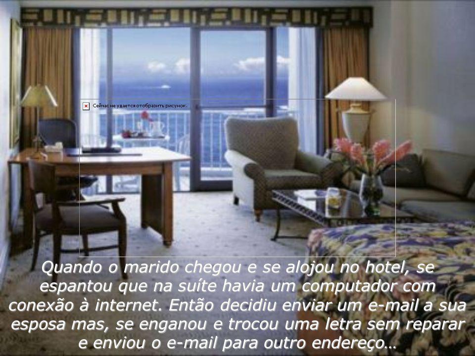 Quando o marido chegou e se alojou no hotel, se espantou que na suíte havia um computador com conexão à internet.
