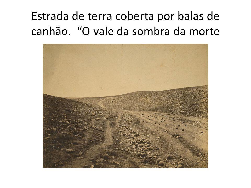 Estrada de terra coberta por balas de canhão