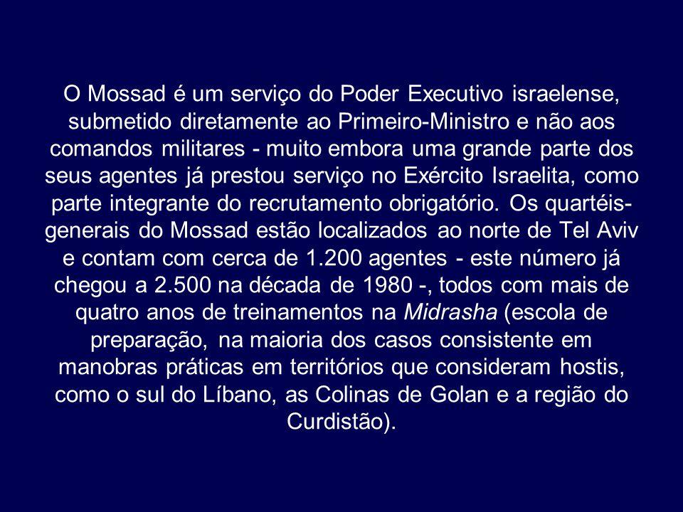 O Mossad é um serviço do Poder Executivo israelense, submetido diretamente ao Primeiro-Ministro e não aos comandos militares - muito embora uma grande parte dos seus agentes já prestou serviço no Exército Israelita, como parte integrante do recrutamento obrigatório.