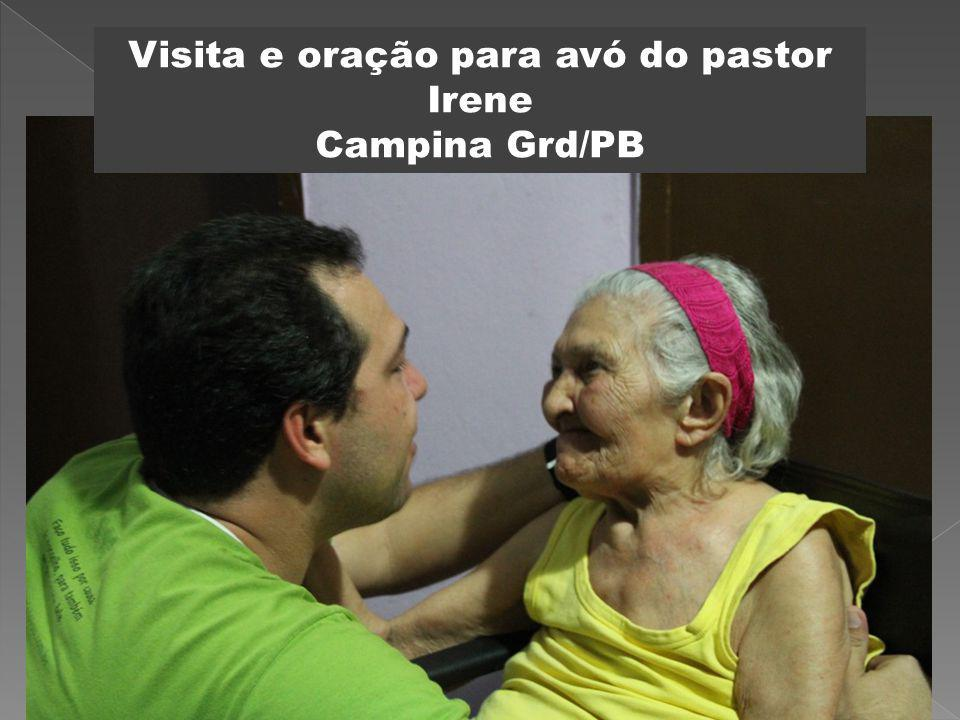 Visita e oração para avó do pastor