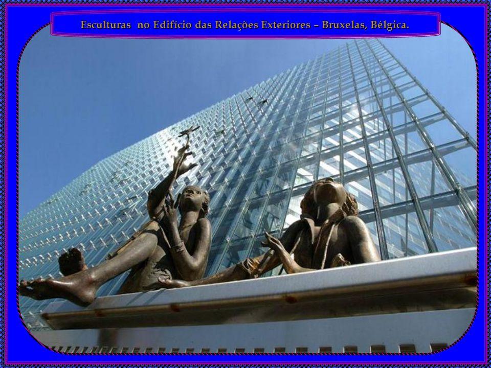 Esculturas no Edifício das Relações Exteriores – Bruxelas, Bélgica.