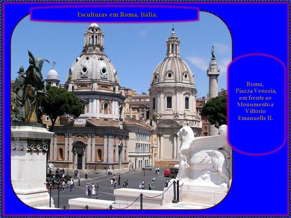 em frente ao Monumento a Vittorio Emanuelle II.