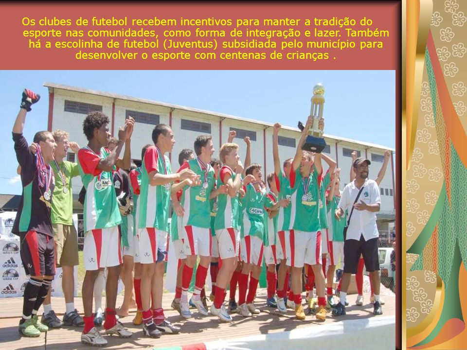 Os clubes de futebol recebem incentivos para manter a tradição do esporte nas comunidades, como forma de integração e lazer.