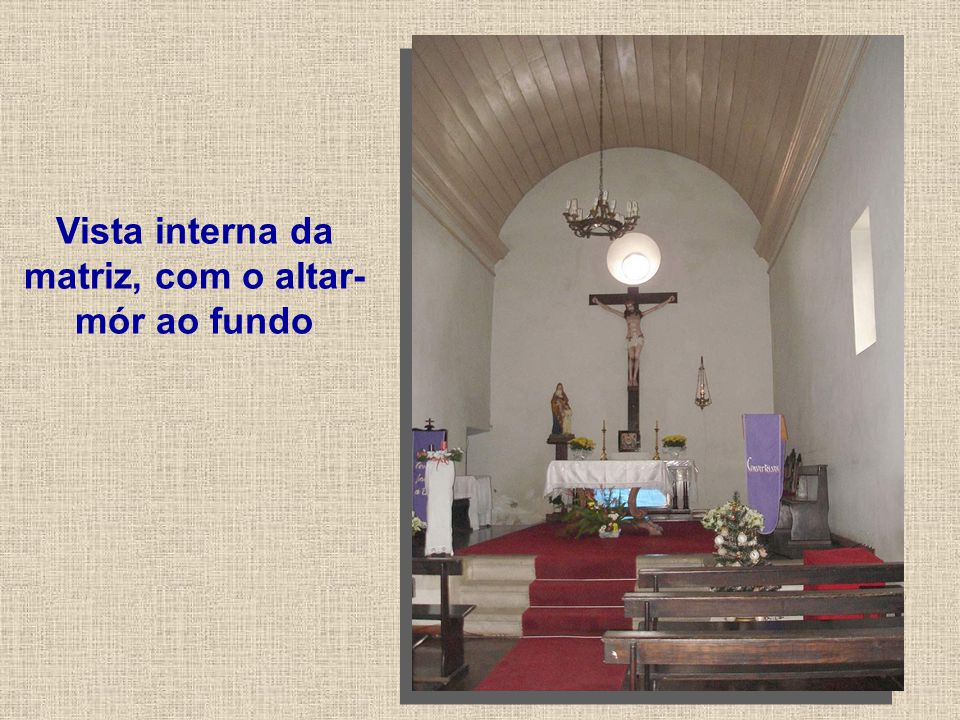 Vista interna da matriz, com o altar-mór ao fundo