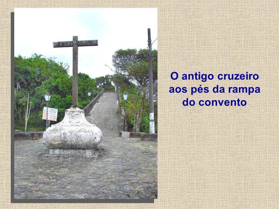 O antigo cruzeiro aos pés da rampa do convento