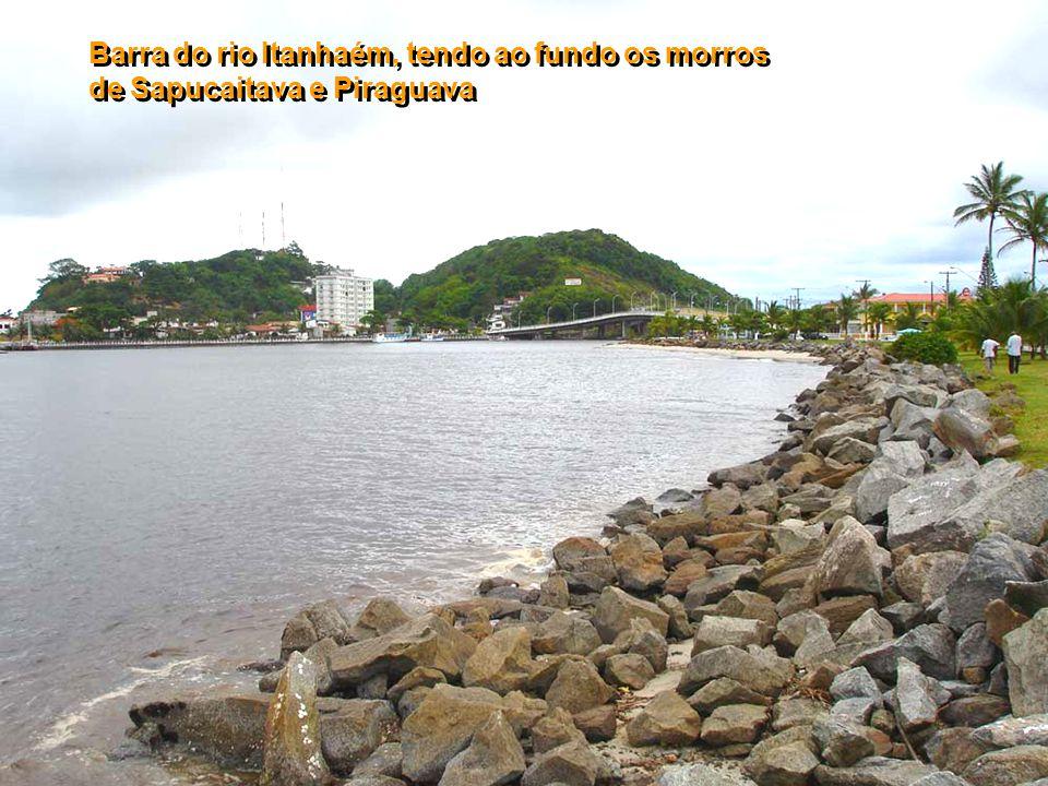 Barra do rio Itanhaém, tendo ao fundo os morros de Sapucaitava e Piraguava