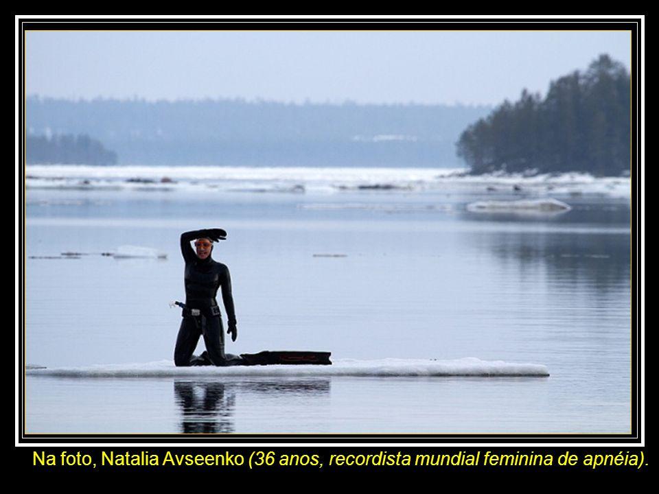 Na foto, Natalia Avseenko (36 anos, recordista mundial feminina de apnéia).