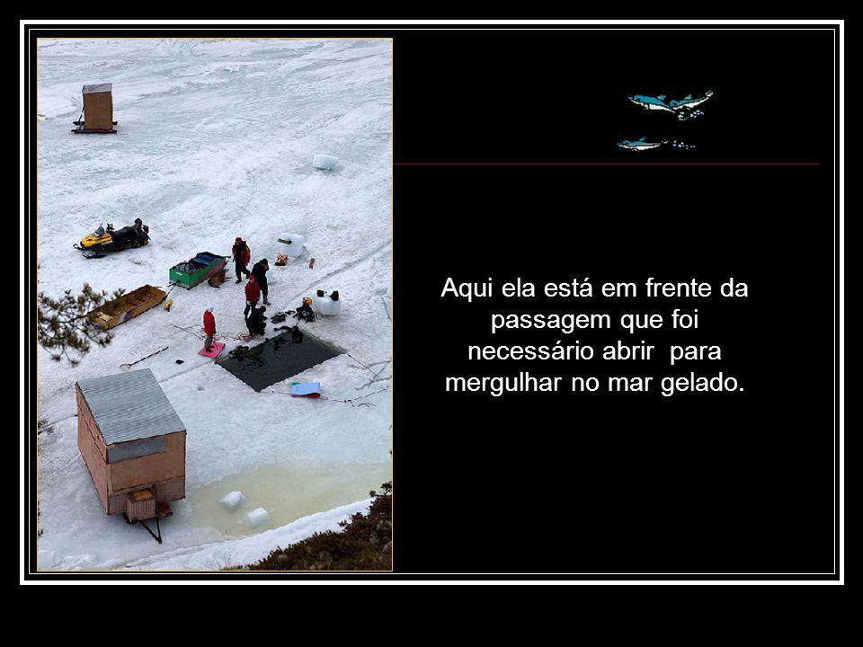 Aqui ela está em frente da passagem que foi necessário abrir para mergulhar no mar gelado.