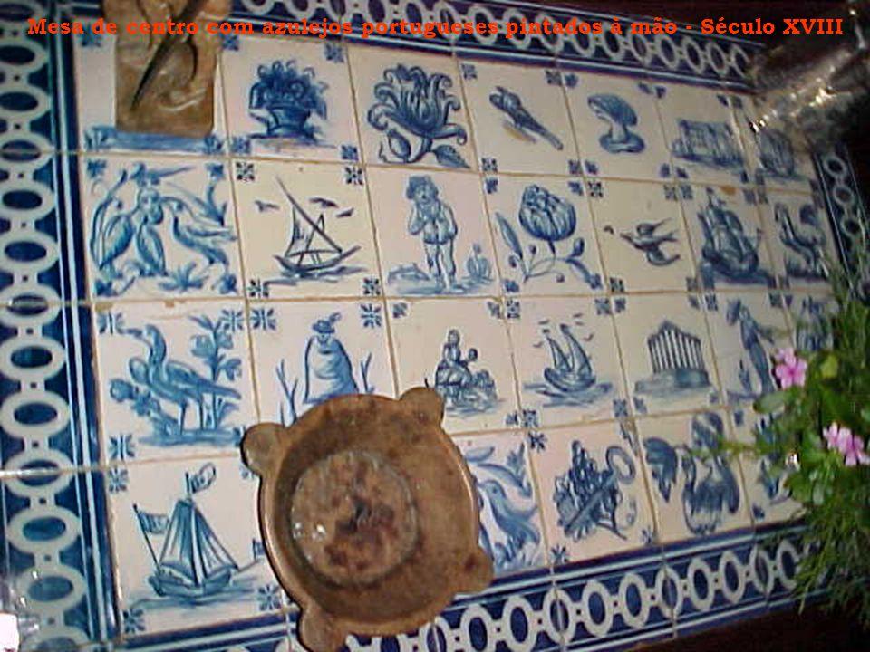 Mesa de centro com azulejos portugueses pintados à mão - Século XVIII