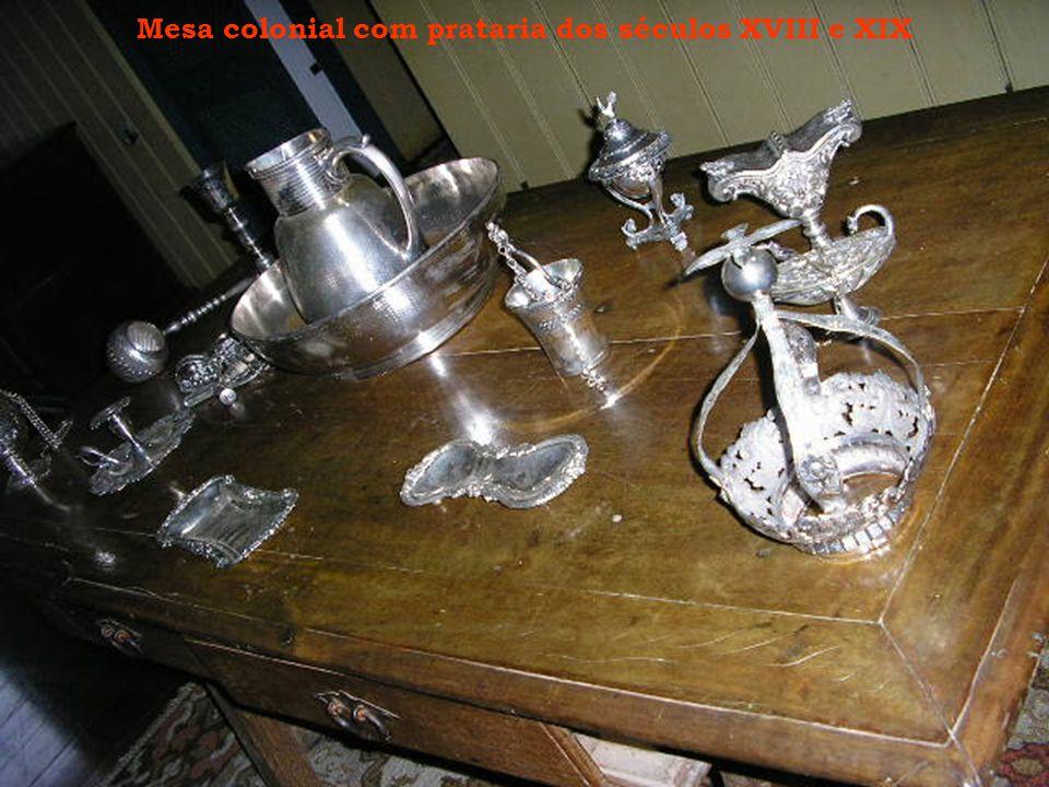 Mesa colonial com prataria dos séculos XVIII e XIX