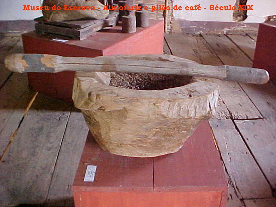 Museu do Escravo - Almofariz e pilão de café - Século XIX