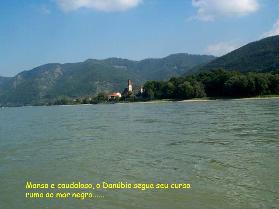 Manso e caudaloso, o Danúbio segue seu curso
