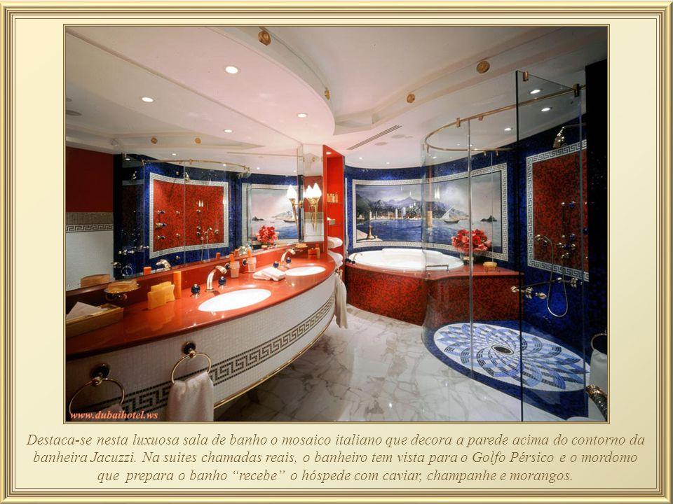 Destaca-se nesta luxuosa sala de banho o mosaico italiano que decora a parede acima do contorno da banheira Jacuzzi.