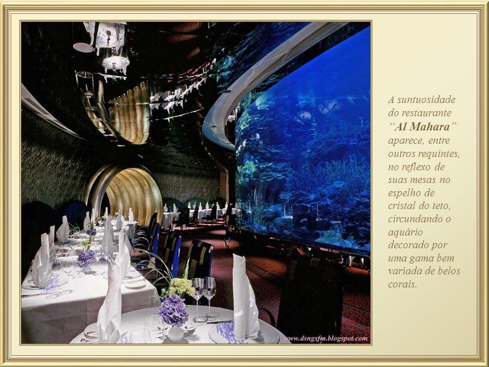 A suntuosidade do restaurante Al Mahara aparece, entre outros requintes, no reflexo de suas mesas no espelho de cristal do teto, circundando o aquário decorado por uma gama bem variada de belos corais.