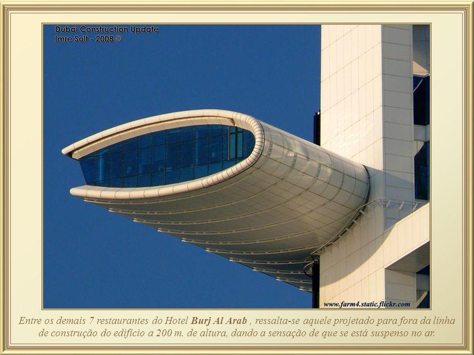 Entre os demais 7 restaurantes do Hotel Burj Al Arab , ressalta-se aquele projetado para fora da linha de construção do edifício a 200 m.