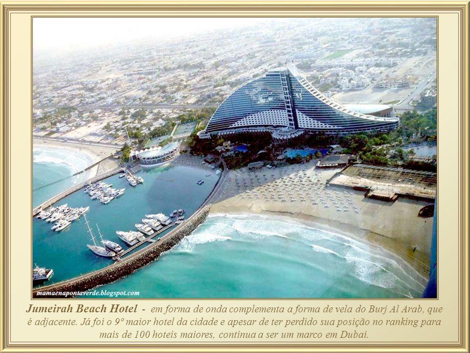 Jumeirah Beach Hotel - em forma de onda complementa a forma de vela do Burj Al Arab, que é adjacente.