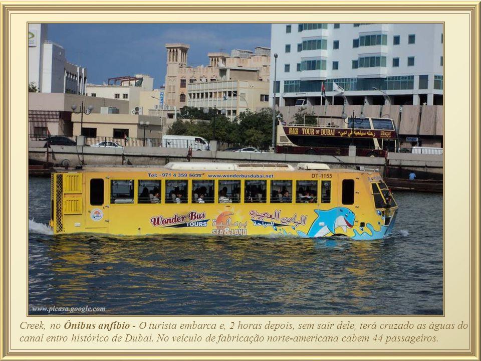 Creek, no Ônibus anfíbio - O turista embarca e, 2 horas depois, sem sair dele, terá cruzado as águas do canal entro histórico de Dubai.