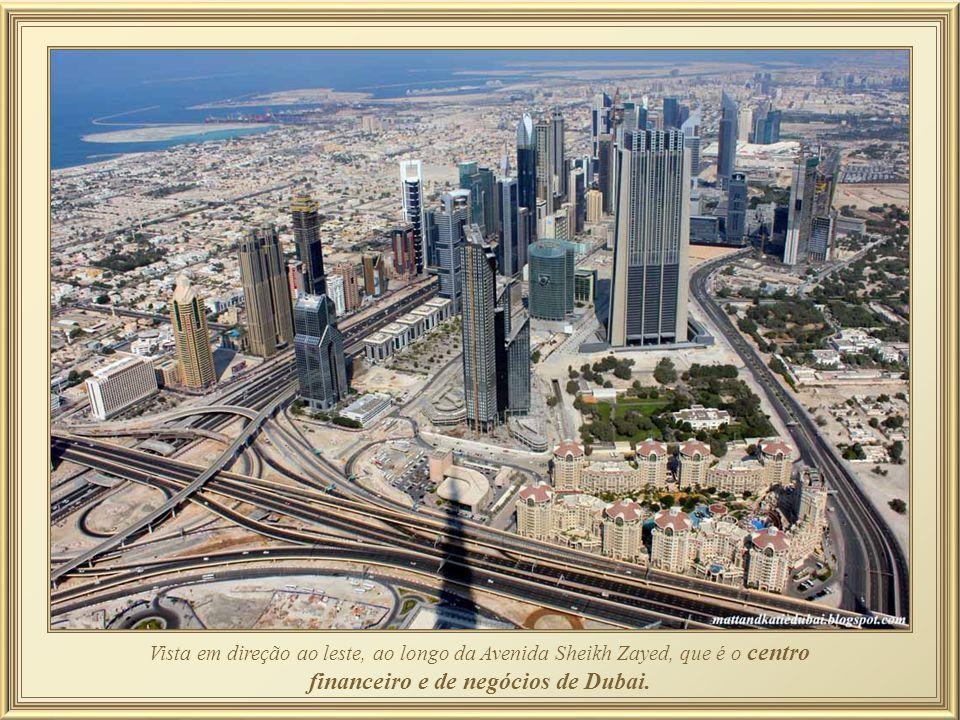 Vista em direção ao leste, ao longo da Avenida Sheikh Zayed, que é o centro financeiro e de negócios de Dubai.