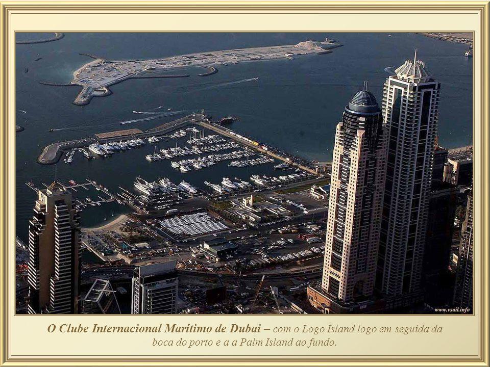 O Clube Internacional Marítimo de Dubai – com o Logo Island logo em seguida da boca do porto e a a Palm Island ao fundo.