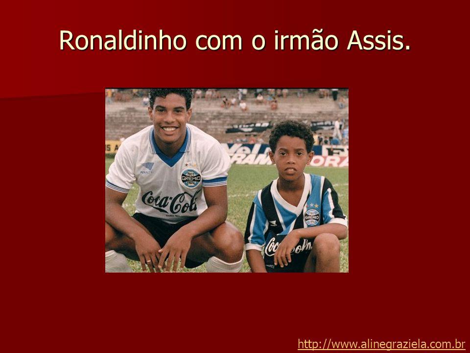 Ronaldinho com o irmão Assis.