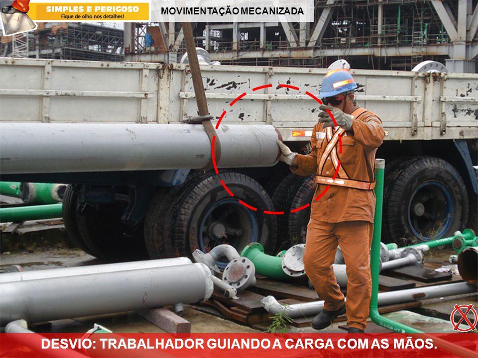 DESVIO: TRABALHADOR GUIANDO A CARGA COM AS MÃOS.